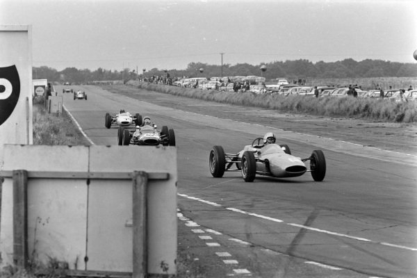 Sverrir Thoroddsson, Lotus 31 Ford (F3), leads Robert Ashcroft, Cooper T59 BMC (F3), and Bill Moss, Cooper T72 BMC (F3).
