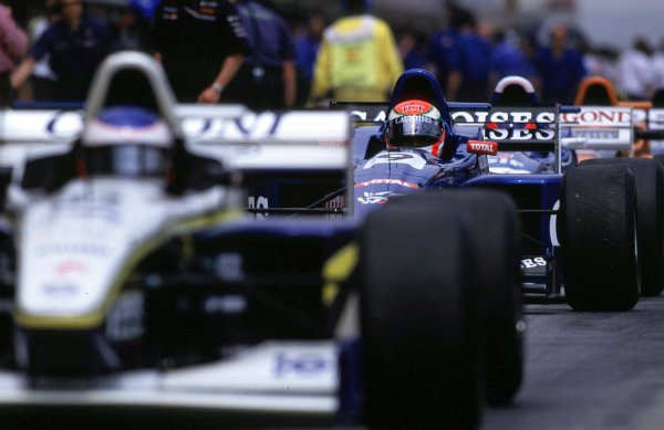 The cars prepare for the formation lap. Circuit de Catalunya, Spain, 5 May 2000. World - LAT Photographic