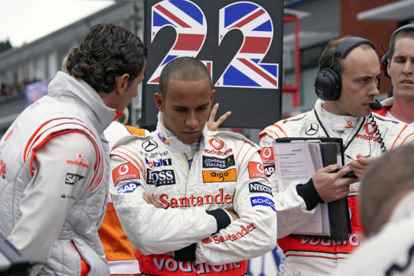 Lewis Hamilton at his grid position with McLaren test driver Pedro de la Rosa, his race engineer Phil Prew and physio Adam Costanzo.