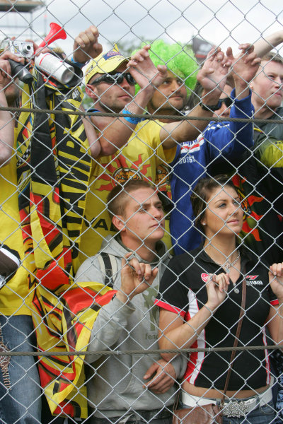 Donington Park, England. 22nd June 2008.MotoGP Race.Rossi fans try to get a glimpse of their hero.World Copyright: Martin Heath/ LAT Photographicref: Digital Image