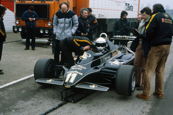 Brands Hatch, England.Elio de Angelis (Lotus 91-Ford), preparing to leave the pit lane, action. World Copyright: LAT Photographic.Ref:  82TestBrands01