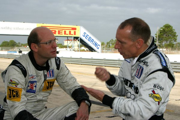 JANUARY 23-25, 2006, SEBRING INTERNATIONAL RACEWAY, GREGOR FISKEN (N0 9 LOLA-AER) TALKS WITH ANDY WALLACE (NO. 16 LOLA-AER)  