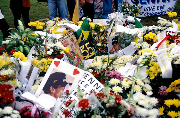 1995 Formula One ChampionshipSan Marino Grand Prix, Imola Italy. 28-30th April. Fans pay tribute to Ayrton Senna.World Copyright: LAT Photographic
