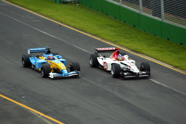 (L to R): Seventh placed Fernando Alonso (ESP) Renault R23 overtakes ninth placed Jacques Villeneuve (CDN) BAR Honda 005. 