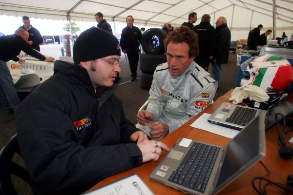 Andrea de Cesrais (ITA) with an engineer. Grand Prix Masters Testing, Day One, Silverstone, England, 26 October 2005. DIGITAL IMAGE