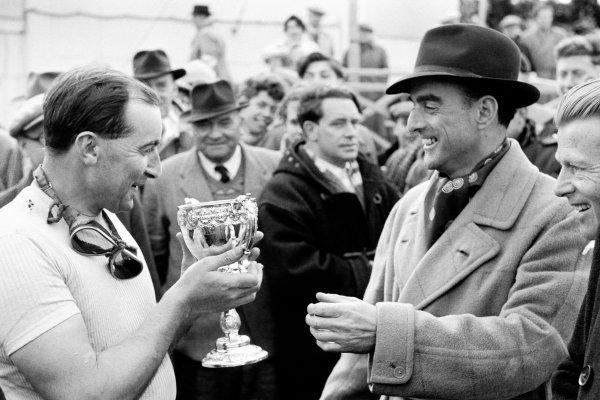 Goodwood, West Sussex, Great Britain. 6 April 1953. The Duke of Richmond and Gordon presents to Ken Wharton (BRM P15), 1st position, portrait, podium. World Copyright: LAT Photographic Ref: Autosport b&w print. Published: Autosport, 10/4/1953 p463