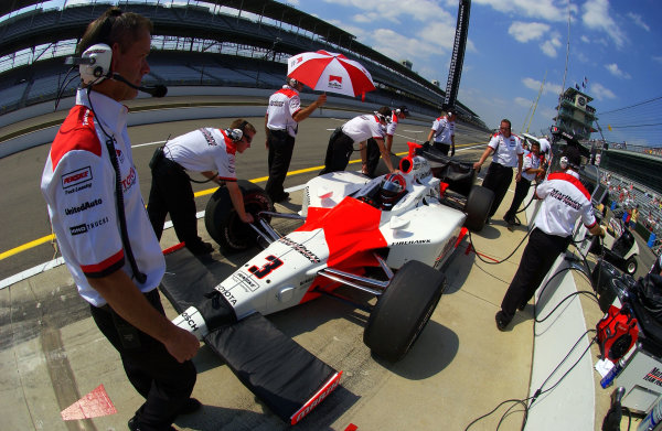 9-27 May,2004 Indianapolis Motor Speedway, Indiana, USATeam Penske prepares Helio Castroneves for practice.World Copyright-F Peirce Williams 2004LAT Photographic ref Digital Image Only