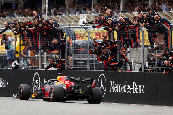 Red Bull mechanics celebrate on the pit wall for Race winner Max Verstappen, Red Bull Racing RB15