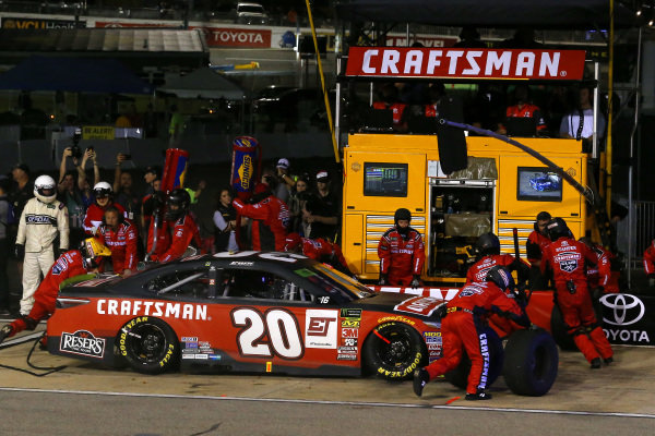 #20: Erik Jones, Joe Gibbs Racing, Toyota Camry Craftsman pit stop