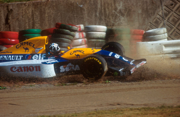 1993 Japanese Grand Prix.Suzuka, Japan.22-24 October 1993.Damon Hill (Williams FW15C Renault) spins off into the tyre wall during qualifying.Ref-93 JAP 13.World Copyright - LAT Photographic