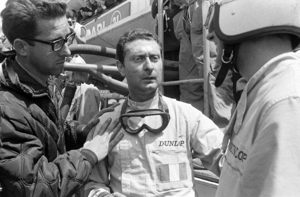 Mauro Forghieri with Nino Vacarella and Jean Guichet, Ferrari 275P, 1st.