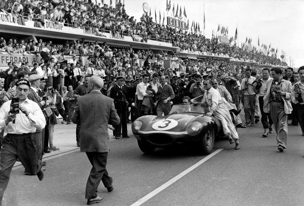 1957 Le Mans 24 hours.Le Mans, France. 22-23 June 1957.Ivor Bueb/Ron Flockhart (Ecurie Ecosse Jaguar D-type), 1st position.World Copyright: LAT PhotographicRef: C49403