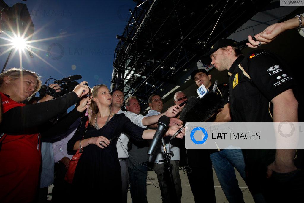 Albert Park, Melbourne, Australia23rd March 2011.Nick Heidfeld, Lotus Renault GP R31 and Vitaly Petrov, Lotus Renault GP R31 interviewed outside the MCG.World Copyright: Andrew Ferraro/LAT Photographicref: Digital Image AF5D8455
