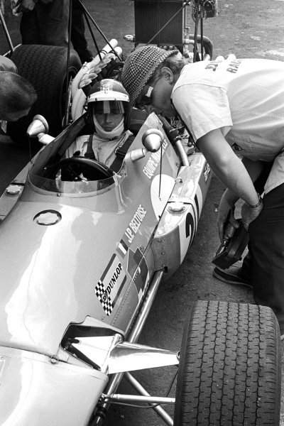 Johnny Servoz-Gavin (FRA) Matra MS10 retired from the race on lap fifty-eight with a broken ignition. Mexican Grand Prix, Mexico City, 3 November 1968.