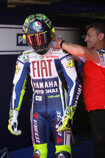 Gran Premio D'Itali Alice.Mugello, Italy. 30th May 2009.Valentino Rossi Fiat Yamaha Team gets his drink feed fitted for the hot tempretures.World Copyright: Martin Heath/LAT Photographicref: Digital Image BPI_Moto 8jdj