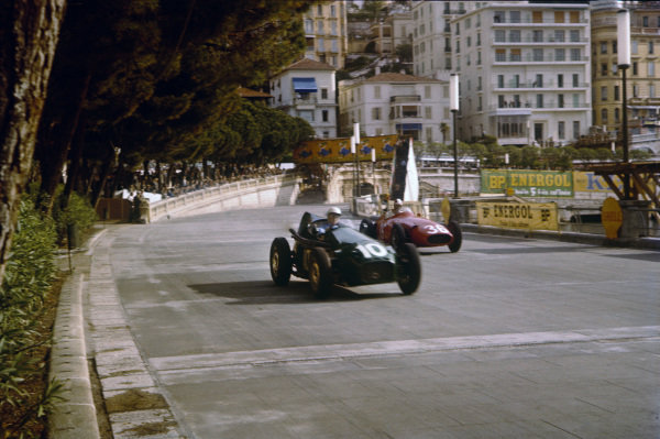 Monte Carlo, Monaco. 16-19 May 1957. Stuart Lewis-Evans (Connaught B-Alta) closely followed by Carlos Menditeguy (Maserati 250F). Lewis-Evans finished in 4th position on his Grand Prix debut. Ref: 57MON02. World Copyright - LAT Photographic