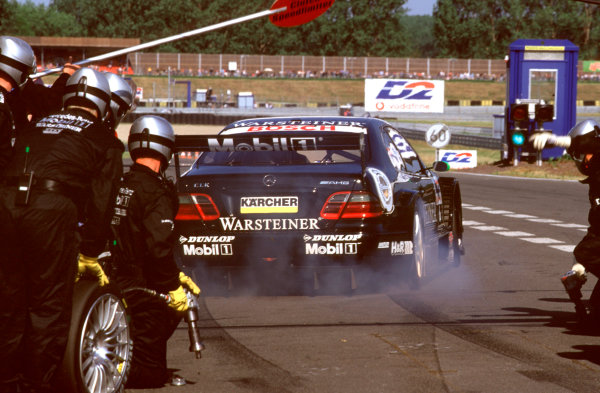 2001 DTM ChampionshipOscersleben, Germany. 19th - 20th May 2001.race winner Marcel Fassler (AMG Mercedes-Benz CLK), pitstop.World Copyright: Peter Spinney/LAT Photographicref: 35mm Image A01