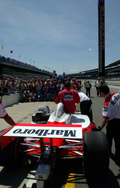 Gil de Ferran shows as #1 on the scoring pylon as the Team Penske crew pushes him to the after qualifying photo shoot.