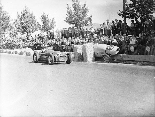 Lance Macklin, HWM Alta, passes the abandoned Ferrari 500 of Jacques Swaters.