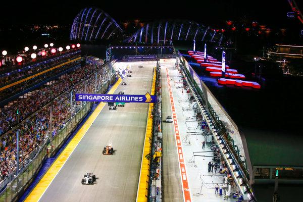 Marina Bay Circuit, Marina Bay, Singapore. Sunday 17 September 2017. Felipe Massa, Williams FW40 Mercedes, leads Stoffel Vandoorne, McLaren MCL32 Honda.  World Copyright: Andy Hone/LAT Images  ref: Digital Image _ONZ7769