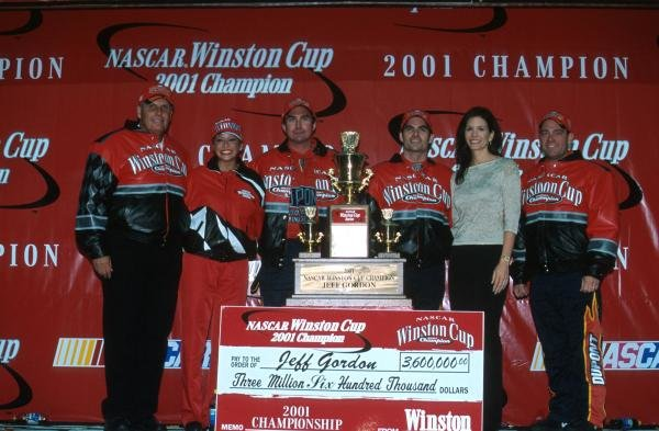 Jeff Gordon (USA) celebrates his fourth Winston Cup title with the rest of his team.Atlanta, USA. 18 November 2001.BEST IMAGE