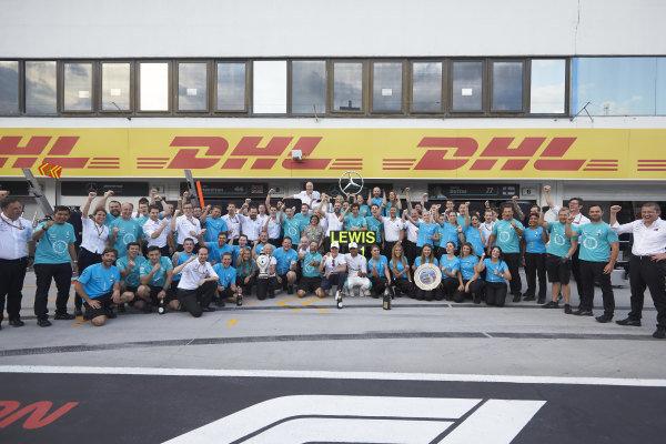 Valtteri Bottas, Mercedes AMG F1, Lewis Hamilton, Mercedes AMG F1, 1st position, and the Mercedes team celebrate victory.