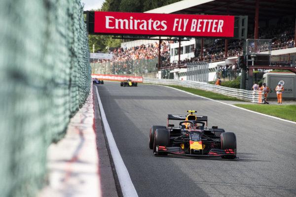 Alexander Albon, Red Bull RB15, leads Nico Hulkenberg, Renault R.S. 19