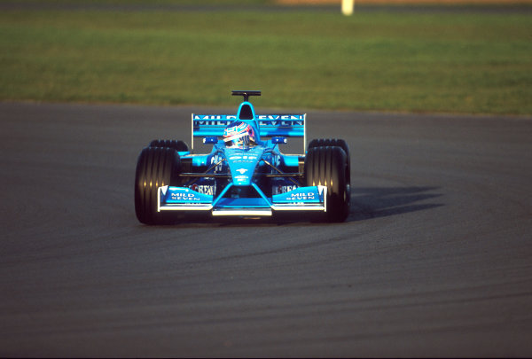 Silverstone, England. 20th - 22nd February 2001.Jenson Button, Benetton Renault, action.World Copyright: Elford / LAT Photographicref - 35mm Image A01