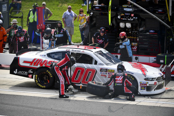 #00: Cole Custer, Stewart-Haas Racing, Ford Mustang Haas Automation makes a pit stop, Sunoco