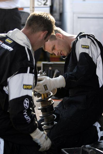 Hyundai technicians prepare the suspension, Acropolis Rally 2003.Photo: McKlein/LAT