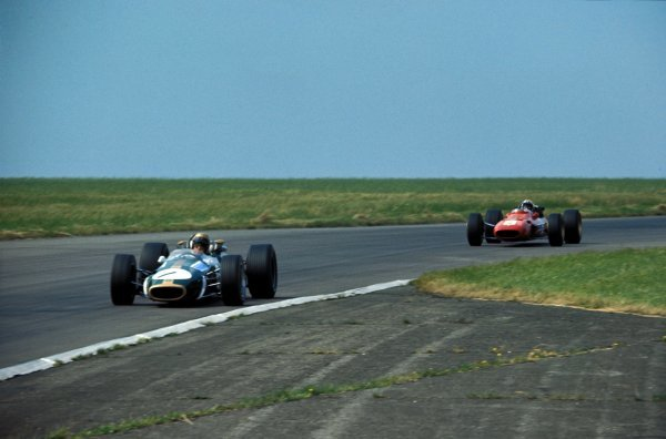 Jack Brabham (AUS) Brabham Repco BT24, leads Chris Amon (NZL) Ferrari 312.