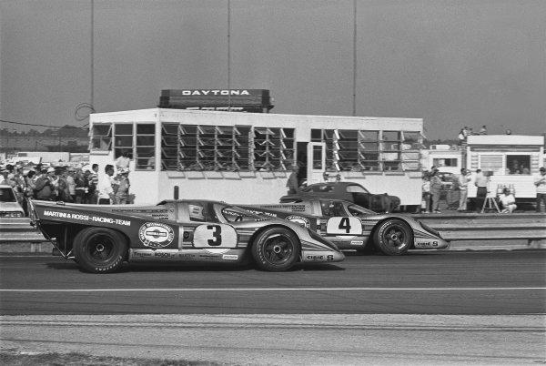 1971 Daytona 24 Hours. Daytona, Florida, USA. 30th - 31st January 1971. Rd 2. Vic Elford / Gijs van Lennep (Porsche 917K), retired, leads Helmut Marko / Rudi Lins (Porsche 917K), retired, action.  World Copyright: LAT Photographic. Ref: 3496 - 26A.