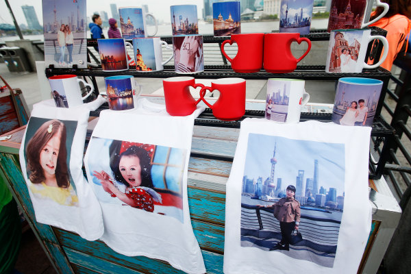 Shanghai International Circuit, Shanghai, China. Wednesday 8 April 2015. A souvenir stand at the Bund in Shanghai. World Copyright: Steven Tee/LAT Photographic. ref: Digital Image _X0W4377