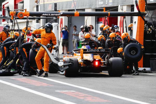 Stoffel Vandoorne, McLaren MCL33 Renault, makes a stop.