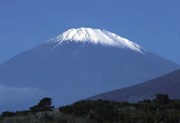 The famous snow-capped Mount Fuji imposes on the Fuji circuit for the inaugural Japanese GP. Japanese Grand Prix, Rd 16, Fuji, Japan, 24 October 1976. BEST IMAGE