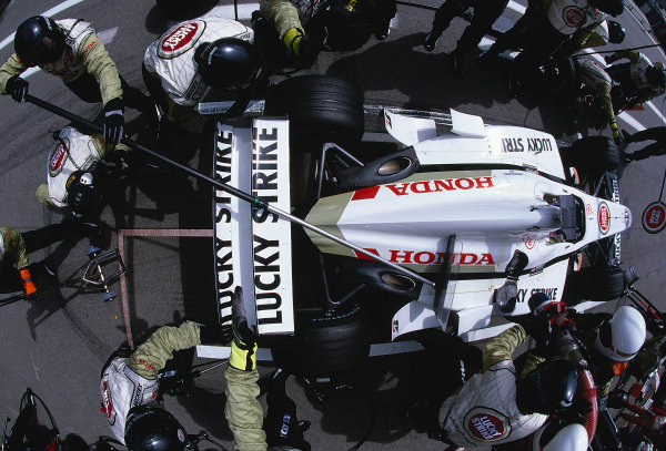 2002 Austrian Grand Prix.A1-Ring, Zeltweg, Austria.10-12 May 2002.The B.A R. crew get to work as Jacques Villeneuve (B.A R. 004 Honda) makes a pitstop.Ref-02 AUT 10.World Copyright - LAT Photographic