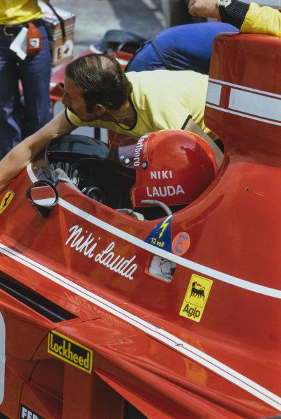 Niki Lauda, Ferrari 312B3, waits in the pits.