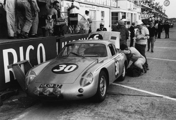 Le Mans, France 23rd - 24th June 1962.Ben Pon/Carel Godin de Beaufort (Porsche 695 GS), retired, in the pits, action. World Copyright: LAT Photographic.Ref: 9951E - 22A.