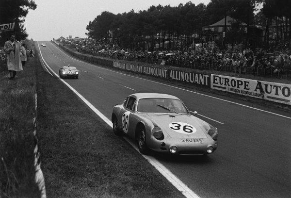 Le Mans, France. 10th - 11th June 1961.Herbert Linge/Ben Pon (Porsche 695 GS), 10th position, leads Pedro Rodriguez/Ricardo Rodriguez (Ferrari 250 TRI/61), retired, action. World Copyright: LAT Photographic.Ref:  9219H - 37A.
