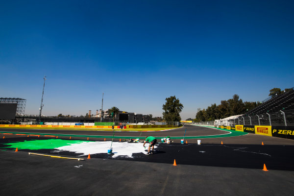 Autodromo Hermanos Rodriguez, Mexico City, Mexico. Thursday 26 October 2017. Final touches, including the painting of kerbs, are applied to the Autodromo Hermanos Rodriguez. World Copyright: Sam Bloxham/LAT Images  ref: Digital Image _J6I8408