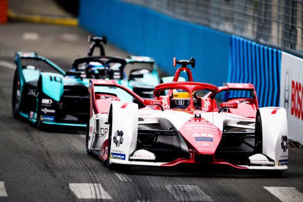Sergio Sette Camara (BRA), Dragon Penske Autosport, Penske EV-5, leads Sam Bird (GBR), Jaguar Racing, Jaguar I-TYPE 5
