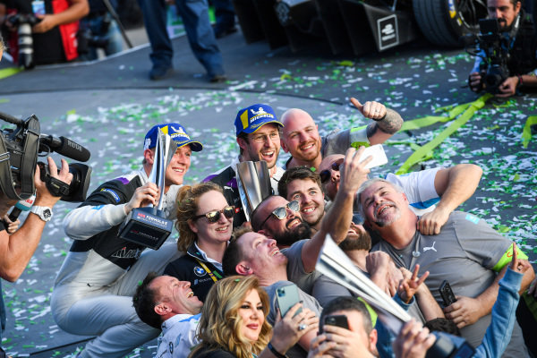 Alexander Sims (GBR) BMW I Andretti Motorsports, 1st position congratulates Maximilian Günther (DEU), BMW I Andretti Motorsports, BMW iFE.20, 2nd position, take a selfie with their team