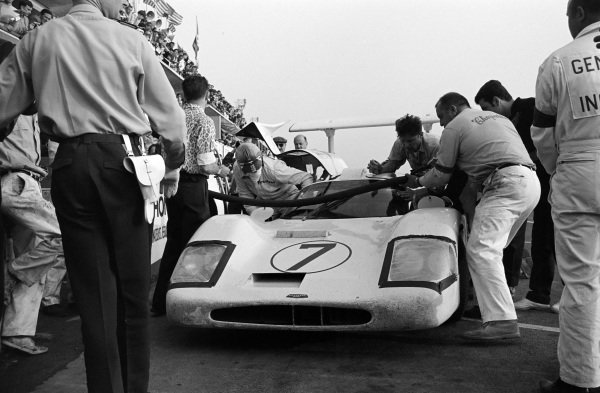 Mike Spence / Phil Hill, Chaparral Racing, Chaparral 2F-Chevrolet, in the pits.
