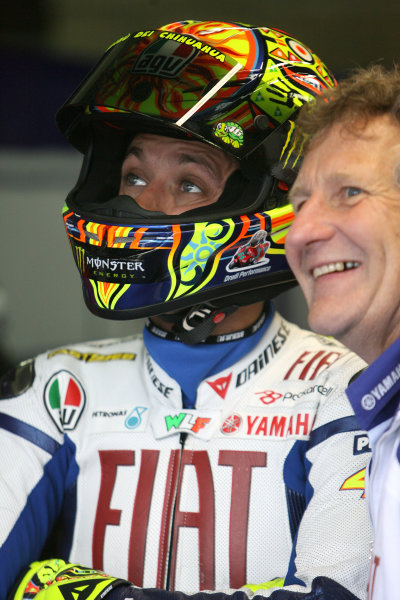 Le Mans, France. 16th - 17th May 2009.Valentino Rossi Fiat Yamaha Team waits on the weather with crew chief Jerry Burgess.World Copyright: Martin Heath/LAT Photographicref: BPI_Moto 89dv