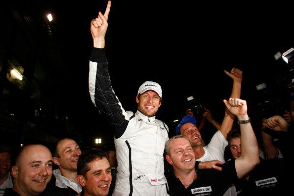 Albert Park, Melbourne, Australia29th March 2009.Jenson Button, Brawn GP BGP001 Mercedes, 1st position, celebrates with his team. Portrait. World Copyright: Charles Coates/LAT Photographicref: Digital Image _26Y0833