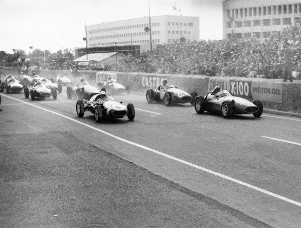 Caen, France, 20th July 1958.Stirling Moss (Cooper-Climax T45), 1st position, leads Jean Behra (BRM 25), retired, at the start, action. World Copyright: LAT Photographic.Ref:  Autocar Used Pic 25th July 1958 Pg 135.