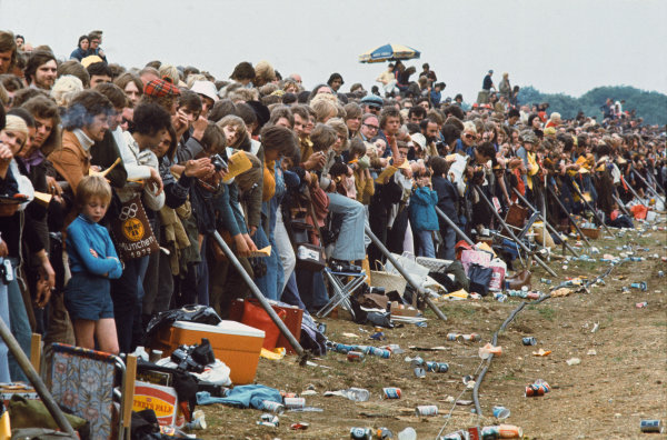 1973 British Grand Prix.  Silverstone, England. 12-14th July 1973.  Fans fill the spectator banking.  Ref: 73GB07. World Copyright: LAT Photographic