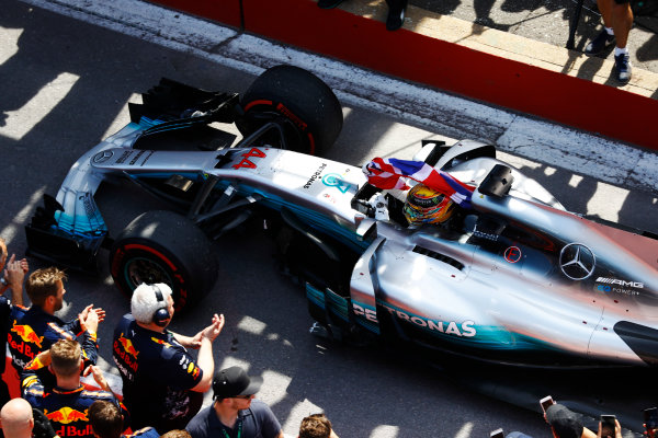 Circuit Gilles Villeneuve, Montreal, Canada. Sunday 11 June 2017. Lewis Hamilton, Mercedes F1 W08 EQ Power+, celebrates victory by waving a Union flag in the pit lane. World Copyright: Steven Tee/LAT Images ref: Digital Image _O3I0014