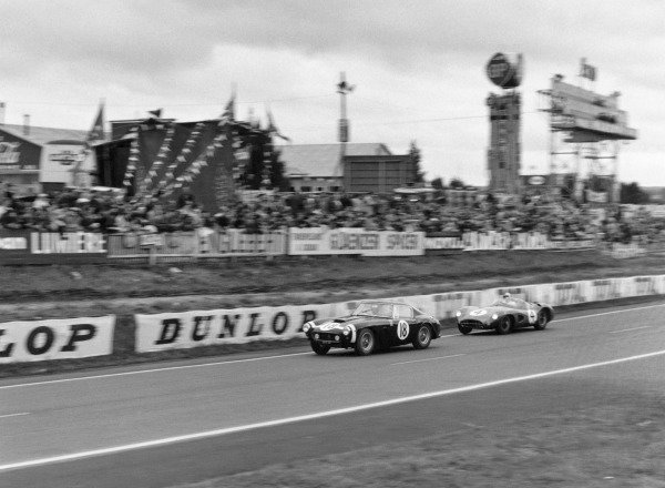 Le Mans, France. 20th - 21st June 1964. Stirling Moss / Graham Hill (Ferrari 250 GT SWB), retired, leads Roy Salvadori / Tony Maggs (Aston Martin DBR1), retired, action.  World Copyright: LAT Photographic Ref: 9094.