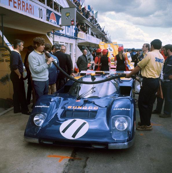 Le Mans, France. 12th - 13th June 1971 Mark Donohue/David Hobbs (Ferrari 512M), retired, pit lane action. World Copyright: LAT Photographic Ref: 4721E